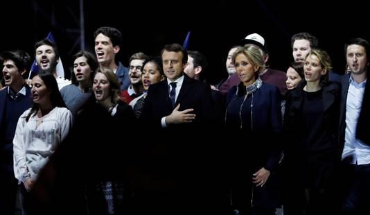 Macron zingt naast zijn vrouw het Franse volkslied.