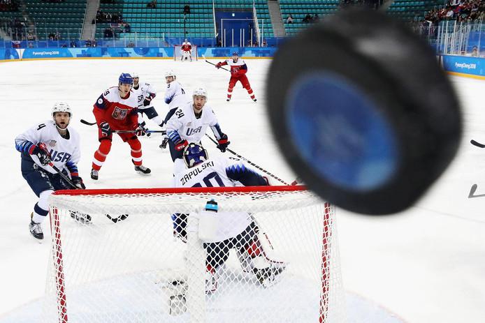 De ijshockeyers van de VS en Tsjechië kijken de puck na. En toen drukte Getty-fotograaf Ronald Martinez af.